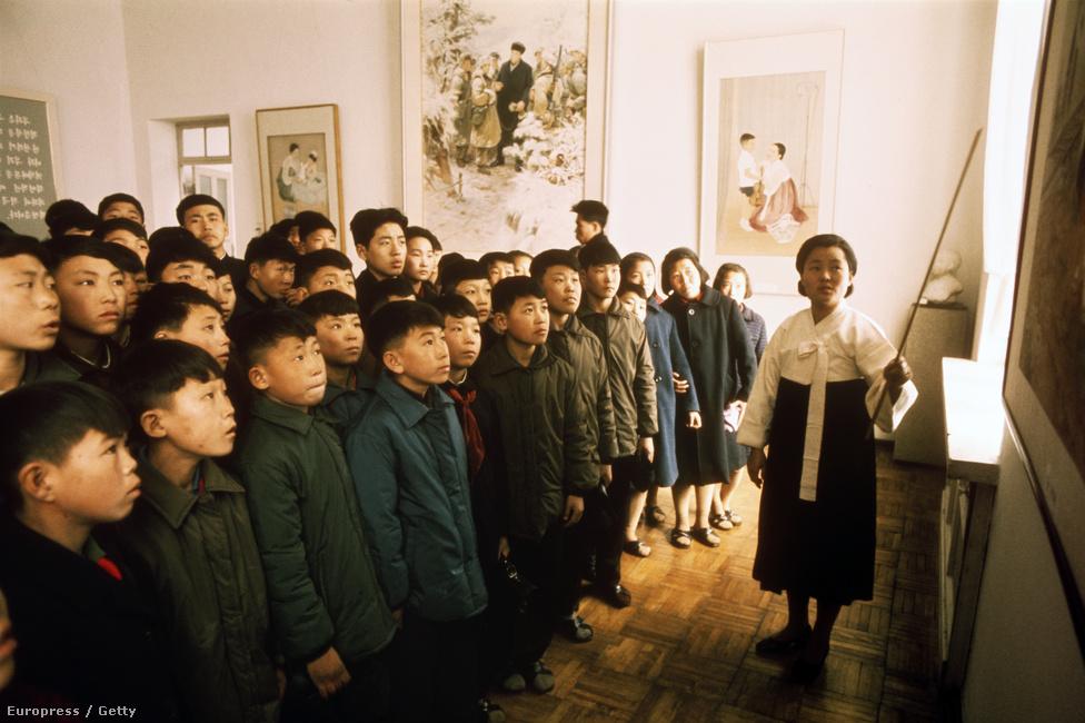 Osztálykirándulás egy phenjani múzeumba. 1973 óta nem sok változás történt az oktatás terén sem: még mindig erősen kontrollált, államosított rendszer működik, amiben csak a hivatalos állami propagandának van helye.