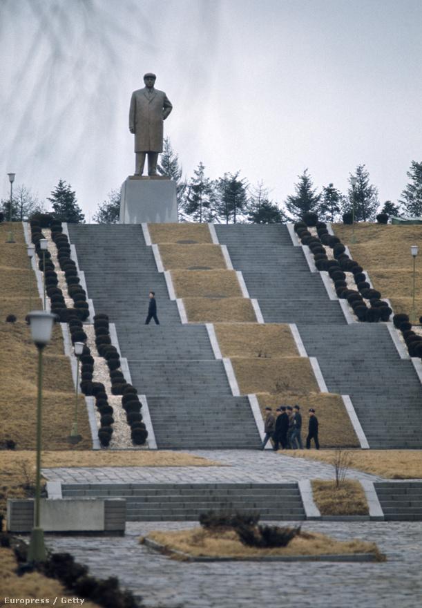 Kim Ir Szen csak 1994-ben halt meg, de 1973-ban már bőven tele volt szobraival a belváros. A személye köré kialakított kultuszt a szovjet vezetők is megirigyelhették volna.