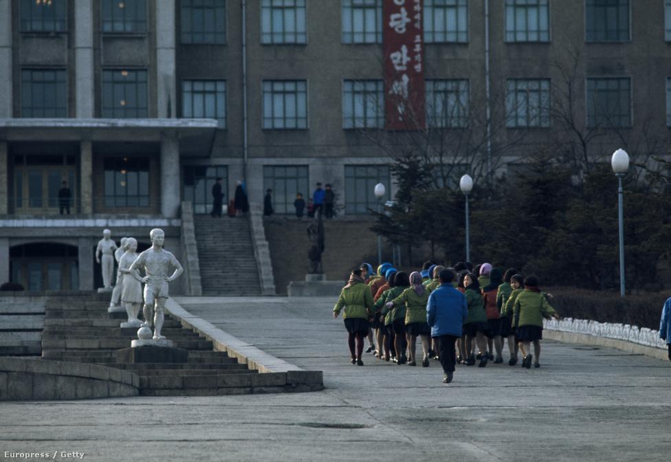 Iskolás gyerekeket terelnek a Nagy Népi Tanulás Palotája felé.