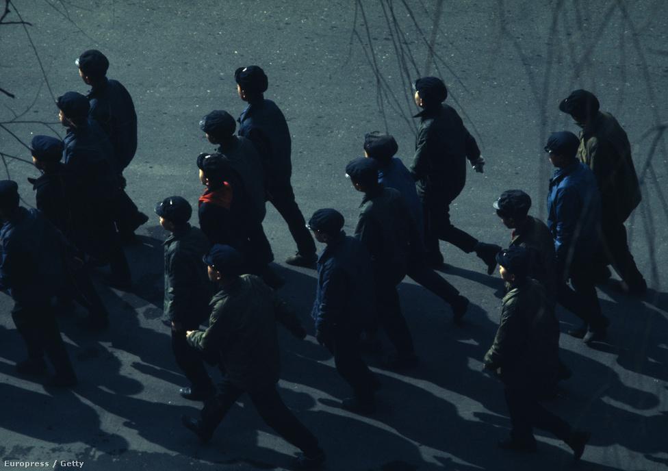 Munkába induló fiatal észak-koreai férfiak egy hétköznap reggelen.