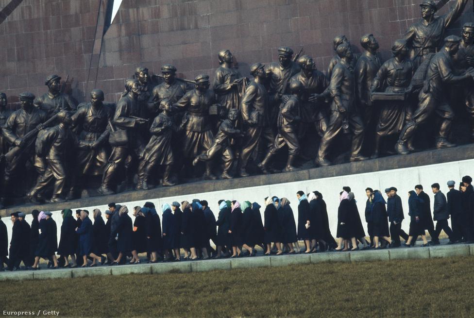 Virágzó belföldi turizmus: észak-koreaiak látogatják a koreai nép harcát megörökítő  Mansudae Óriás Emlékművet, ami a helyiek egyik híres zarándokhelyének számít.