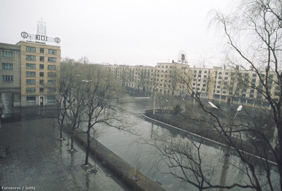 Ez a látkép fogadta a külföldi vendégek számára fenntartott hotelben lakókat. Sehol senki az utcákon.