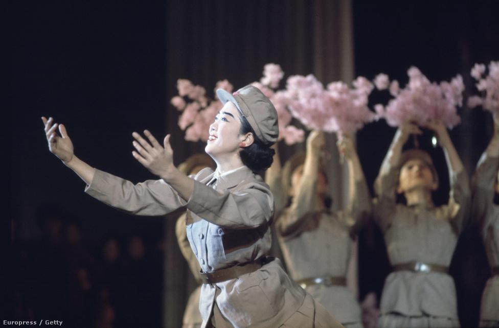 Egyenruhás táncelőadás a Népi Kultúra Palotájában. Egy igazi katonai diktatúrához méltóan kulturális előadások sem mehettek le háborús felhangok nélkül.