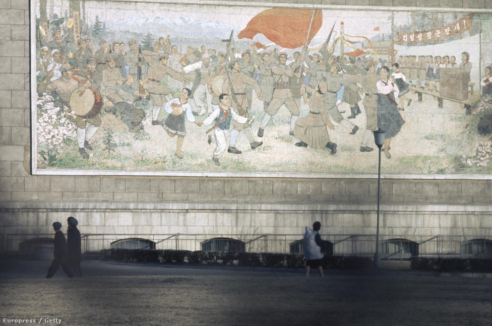 A főváros tűzfalait már akkor is elborították a forradalmi harcokra emlékeztető festmények.