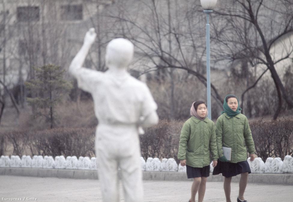 Két észak-koreai lány sétál Phenjan belvárosában. Egyenruha, egyenkedv.