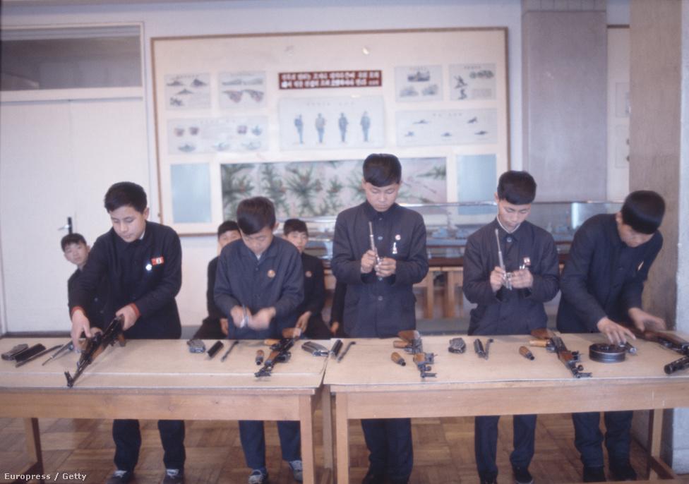 Háborús készültség a hetvenes években, és azóta is: középiskolások tanulják a lőfegyverek összeszerelését.