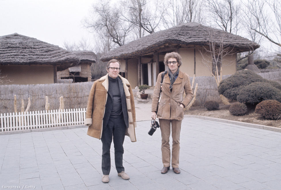 John Bulmer és Philip Oakes felkeresték Kim Ir Szen szülőházát is Mangjongde városban. A két amerikai újságírónak köszönhette a nyugati világ az első színes fényképeket Észak-Koreáról.
