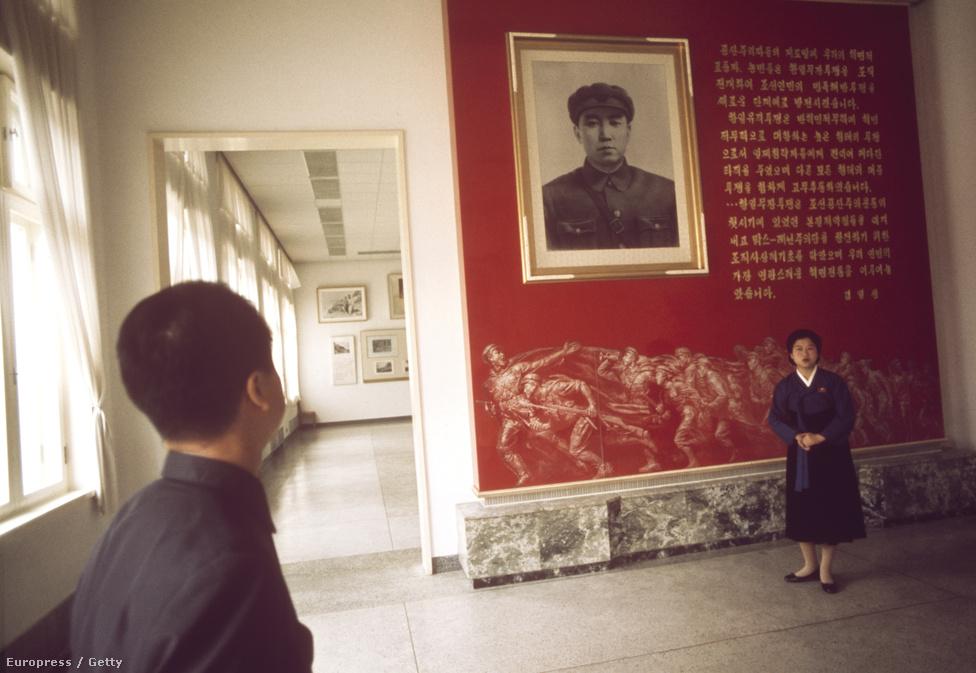 Az egyik jelentős változás 1973 óta, hogy már Kim Dzsongil portréi is mindenhol szembejönnek Kim Ir Szené mellett. Utóbbi a képen a Központi Történeti Múzeumban fogadja a látogatókat.