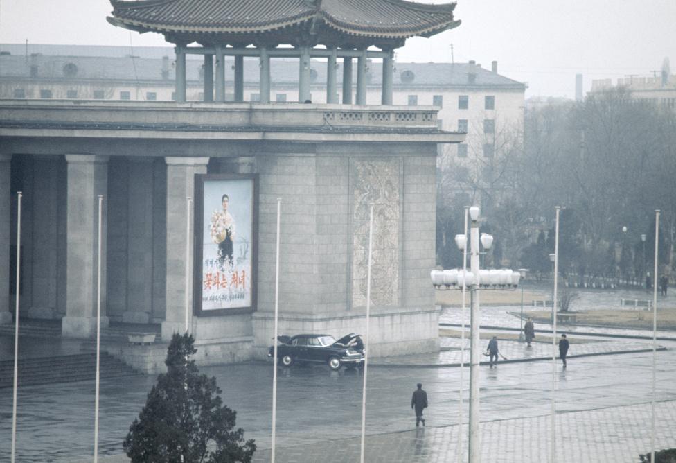 Szokatlan látvány lehetett a kormányzati épület lábánál autót javító férfi. Ma is kevés autót látni a phenjani utcákon, de a hetvenes években még feltűnőbb jelenség volt, ha megjelent egy.