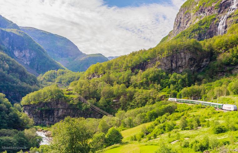 Lélegzetelállító hegyek mellett halad el a norvég vasút.