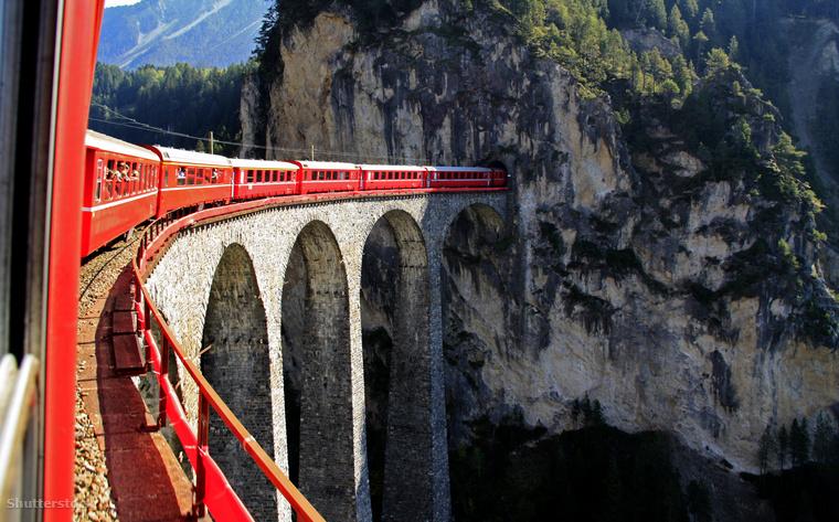 A Glacier Express egy 65 méter magasan húzódó. hatívű hídon, a Landwasser-viadukton halad át.