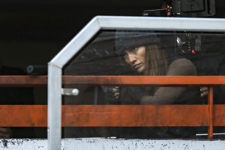 Teljes harci díszben örökítették meg a bérgyilkosnőt játszó Lopezt Vancouverben.