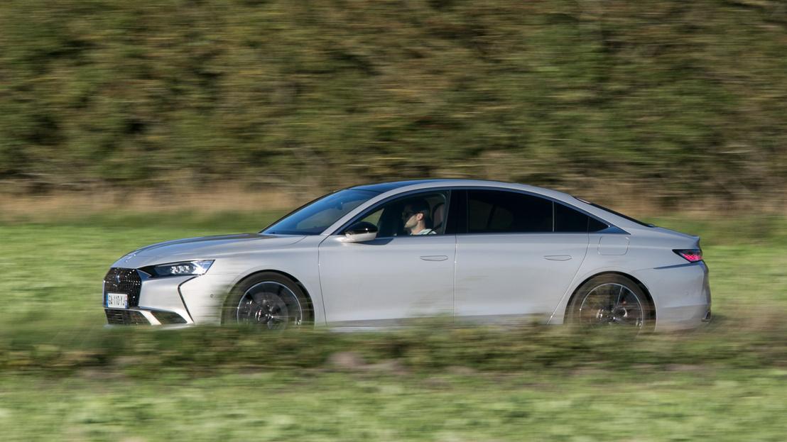 Halk futású, jól hangszigetelt autó, elektromos módban 135 km/h a csúcs, amit elérhet