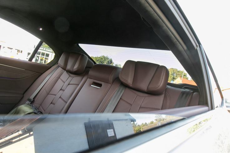 A fejtámla oldalai hajtogathatók, a la BMW