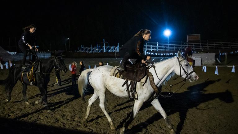 Gyirmóti lovasok, akik az ördöggel játszanak