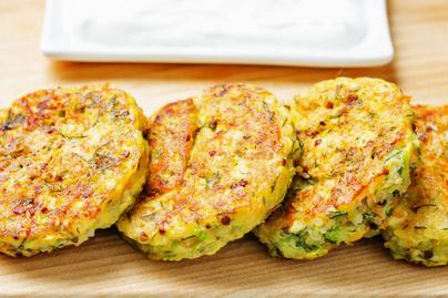 Alakbarát cukkinipogácsa quinoával és sajttal dúsítva: mártogatóssal lesz a legfinomabb