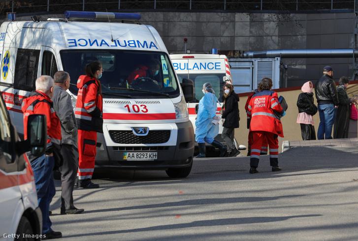 Egy ukrajnai kórház előtt 2020. március 13-án