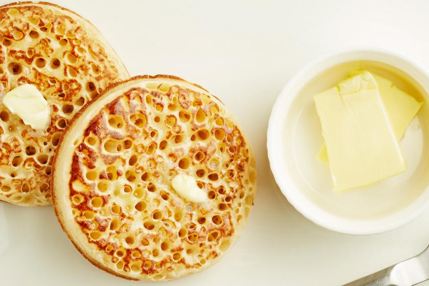 Pufi, lukacsos palacsinta, avagy crumpet: mézzel és vajjal kínáld