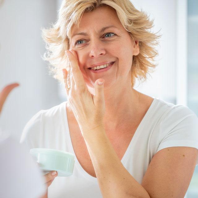 A legerősebb ránctalanító összetevők, amik kivasalják a bőrt: ezeket az anti-aging hatóanyagokat keresd a krémekben