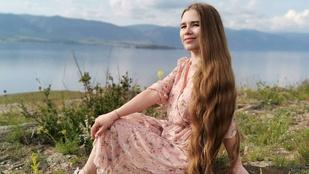 Bokáig ér egy orosz nő haja: 23 éve nem vágatta le