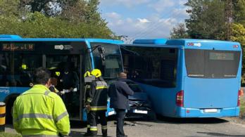 Két busz közé szorult egy autó Soroksáron, helikoptert küldtek