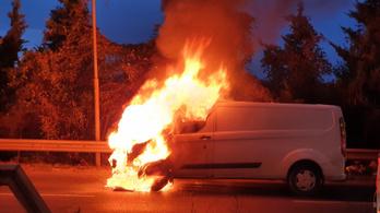 Hatalmas lánggal égett egy furgon a Gellért-hegyen, a növényzet is lángra kapott