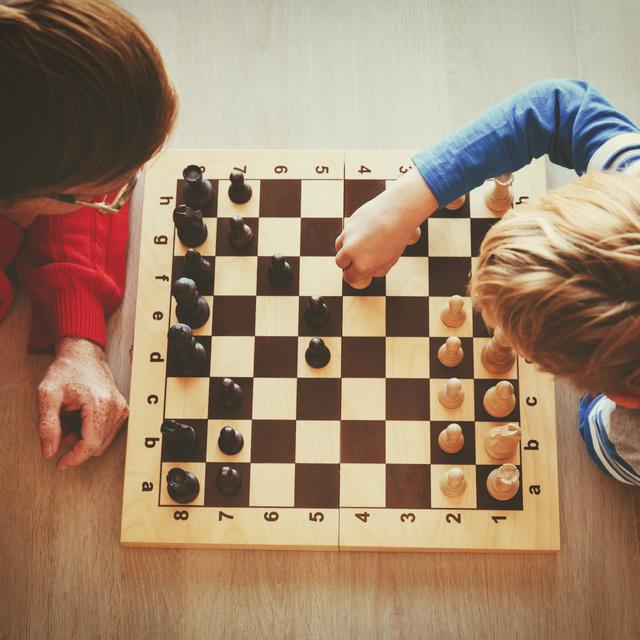 Ez a játék fejleszti legjobban a gyerek memóriáját és stratégiai gondolkodását: a sakkozás 5 fontos hatása
