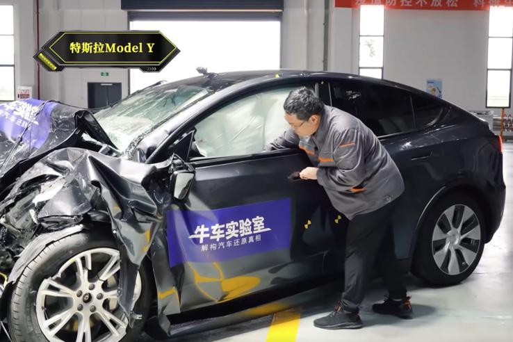 Kézzel nem nyílik a Tesla vezetőoldali ajtaja, mert összecsúszik a hátsó ajtó élével