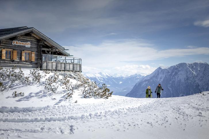 Téli túrázás az 1880 m magasan fekvő Tauplitz Kriemandl hüttéhez a stájerországi Ausseerland régióban © Steiermark Tourismus/Tom Lamm