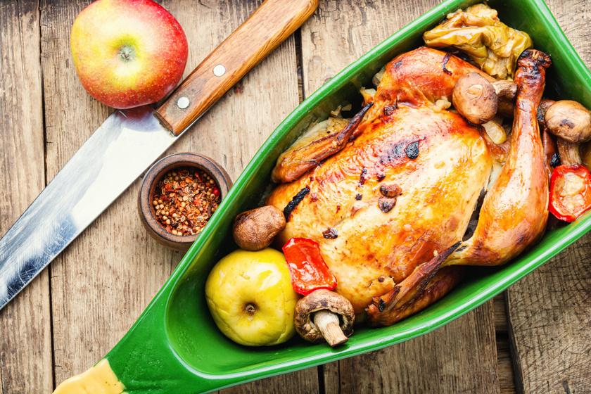 Ropogósra, fényesre sült egész csirke almával, gombával: fejedelmi fogás egyszerűen