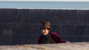 Lencsevégre kapták Timothée Chalametet a Willy Wonka-film forgatásán