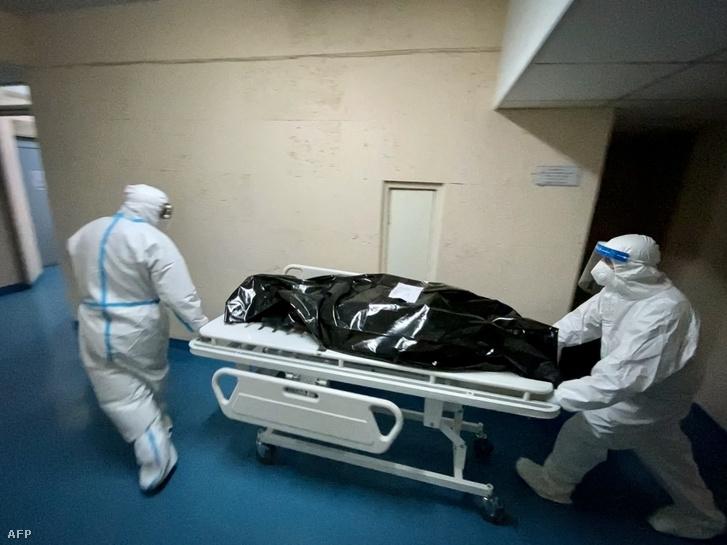 Koronavírus fertőzésben meghalt beteget szállítanak Romániában 2021. március 24-én