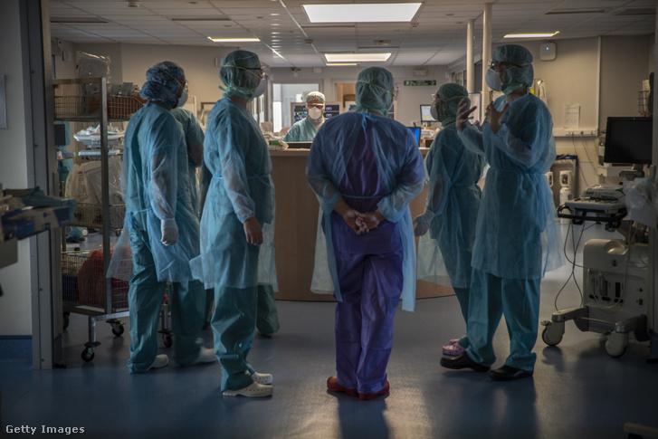 Egészségügyi dolgozók egy franciaországi kórházban 2020. április 3-án