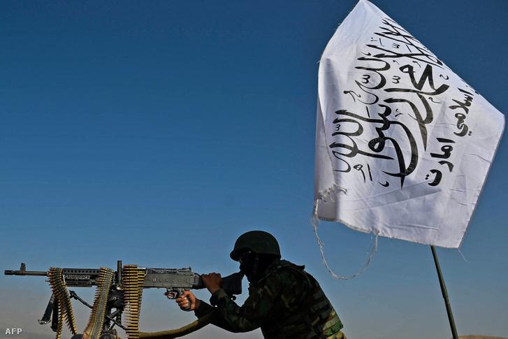 Tálib harcos egy gépjárműre szerelt géppuskával 2021. október 3-án Kabulban