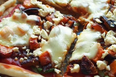 Foszlós pizza őszi kiadásban, sütőtökkel és karamellizált hagymával: a feltéttől lesz különleges