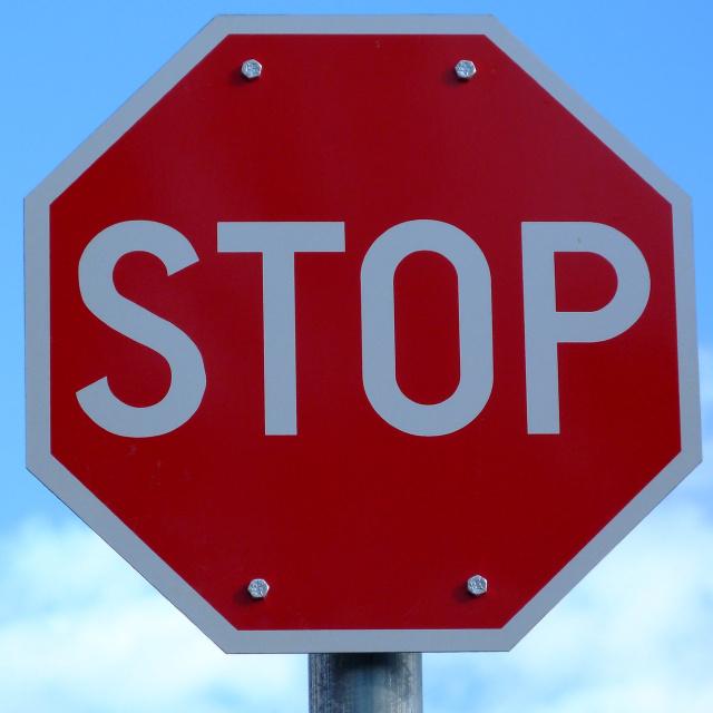 Nagyon ötletes, amit a férfi művelt a KRESZ-táblákkal: fontos üzenetet közvetítenek
