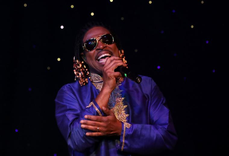 Stevie Wonder lát? Sokak szerint az énekes gyakran viselkedik úgy, mintha látó ember lenne, például könnyedén felveszi a földről a leesett mikrofont, de a kétkedőknek az a leggyanúsabb, hogy Wonder szeret kosármecsekre járni