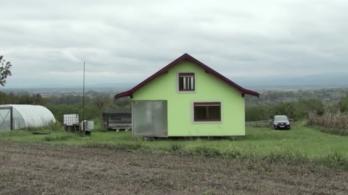 Tényleg kacsalábon forgó házat épített a feleségének egy bosnyák férfi