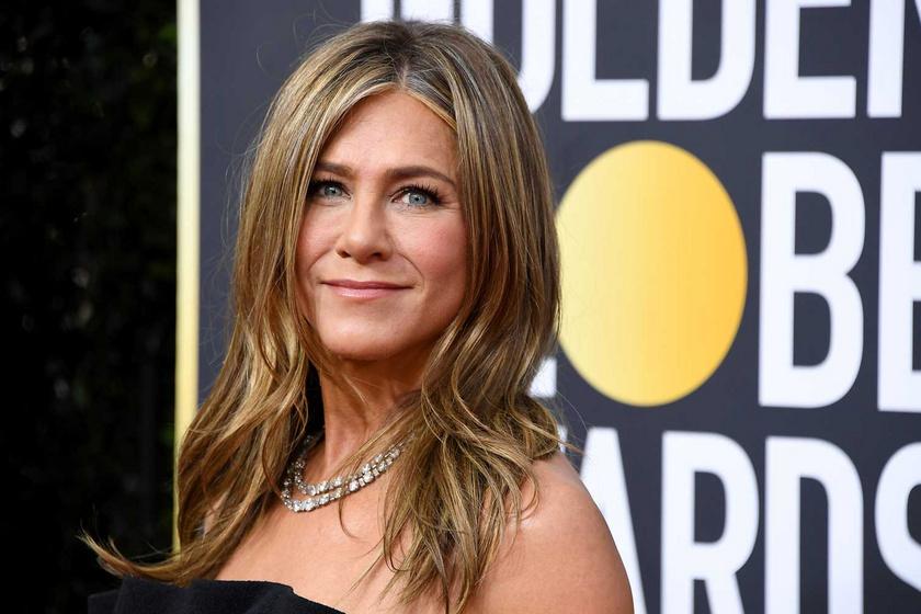 Jennifer Aniston csillogó miniruhában pózolt: az 52 éves színésznőről dögös képek készültek