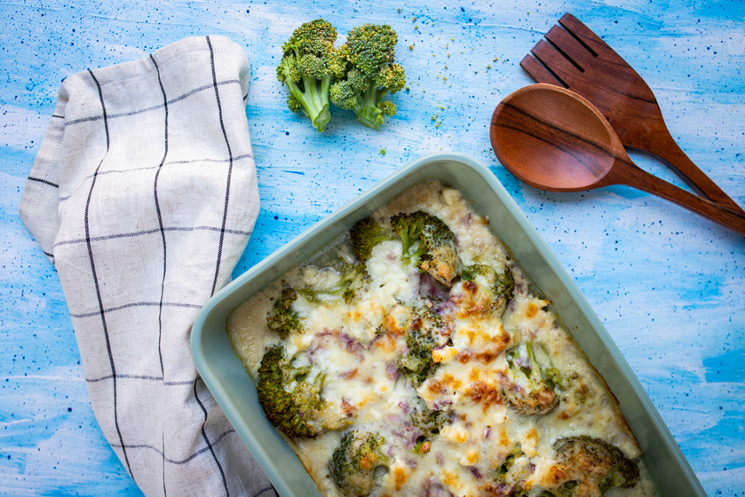 Csőben sült brokkoli besamellel és túróval összesütve: köret és főétel is lehet