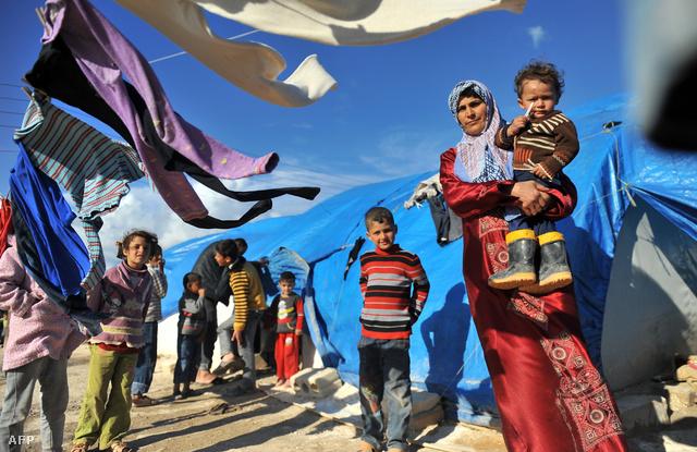 Menekülttábor szír lakói a török–szír határon. Nyárra a Human Rights Watch becslései szerint Jordániában, Libanonban és Törökországban egyaránt 1-1 millió lehet szíriai menekültek száma.