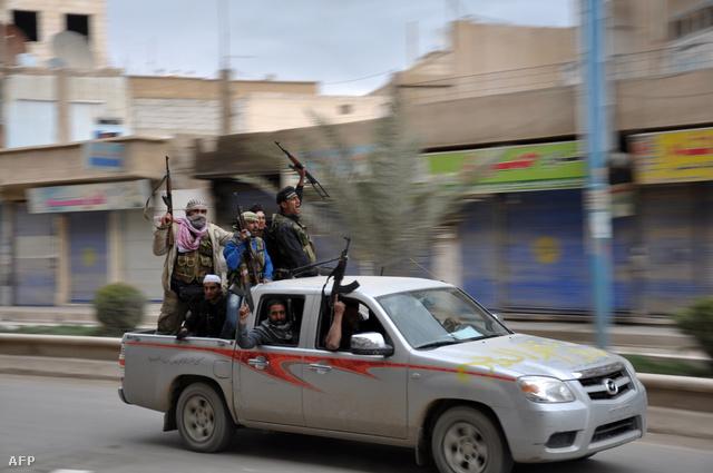 Raqqa város utcáin ünnepelnek a felkelők, miután március elején visszafoglalták az északi települést a kormányhoz hű erőktől.