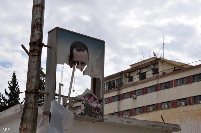 Bassár el-Aszad szíriai elnök leszakadt portréja Raqqában.