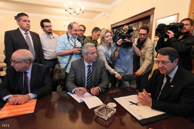 Nikosz Anasztasziadisz ciprusi elnök (j) a politikai pártok vezetőivel tárgyal a nicosiai elnöki palotában 2013. március 20-án.