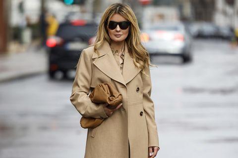 Igazi aduász darab, ami minden ősszel előkerülhet a szekrényből: a bézs kabát verhetetlenül nőies