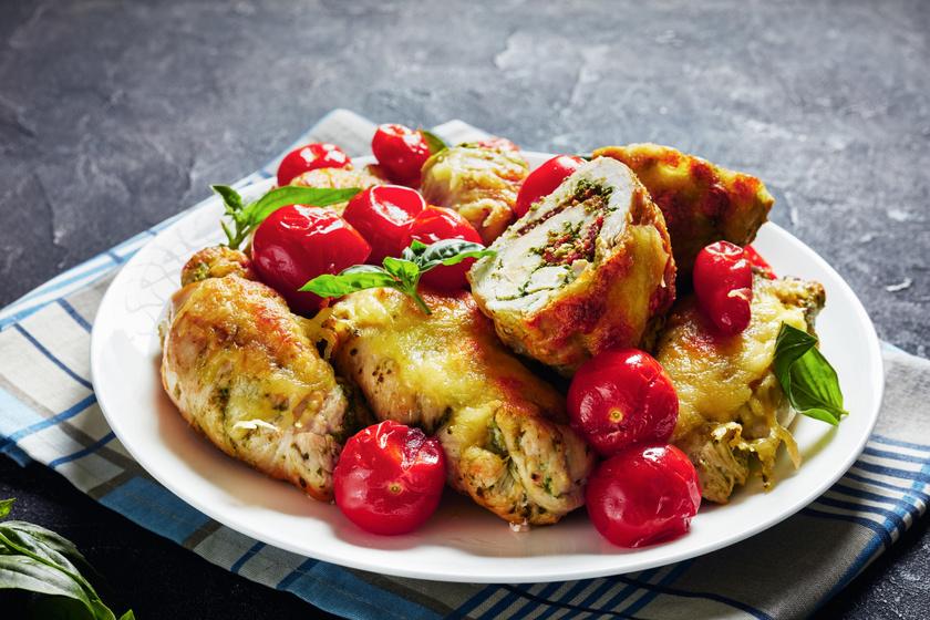 Pestóval töltött göngyölt csirkemell a sütőből: a tetején mozzarella pirul