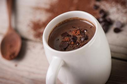 Selymes forró csokoládé felnőtteknek: krémlikőrrel készül az édes ital