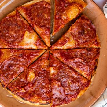Szuperropogós, alakbarát pizza teljes kiőrlésű liszttel gyúrva – A pizzaszószt is házilag állítsd össze