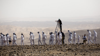 Meztelenül pózolt több száz ember a Holt-tengernél