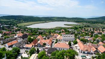 Népességrobbanást okozott a járvány a Balatonnál és az agglomerációkban